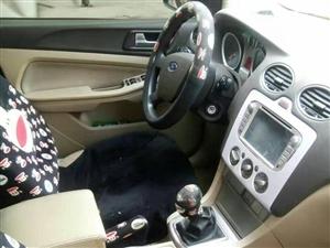 此车出售,福克斯5年了,车里看起非常新,手动,银色,新车裸车