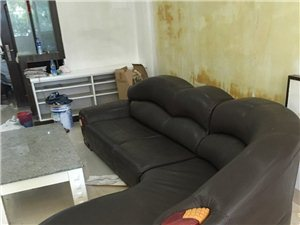 因装修,故低价转让真皮沙发一套。