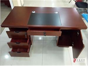 优惠出售全新木质办公桌