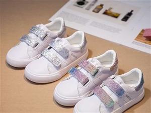 出一双全新品牌童鞋