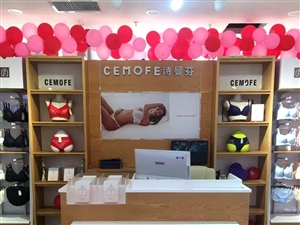 betway体育app处理服装店货架,衣架。