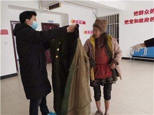 7548救助站工作人员为拾荒人员送衣服 。