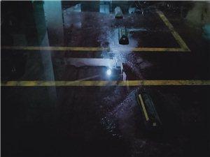 天际上城B区2栋一单元地下停车场漏水成河