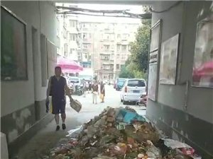 垃圾堆成山