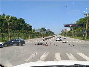 富顺二环路改装摩托闯红灯,三个年轻人生命垂危