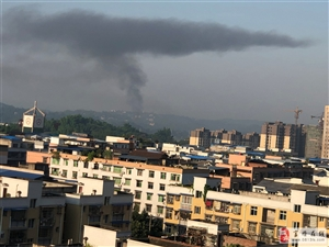 工业园区方向有工厂在排污
