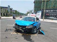 富顺新区十字路口发生事故,出租车与私家车相撞,车头车身撞得稀烂。