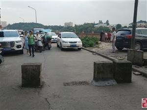人为设置水泥桩阻断道路的位置,该整治了