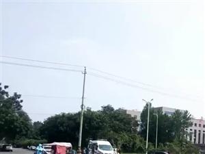 北关咸平大道一处路口,汽车和电车碰了