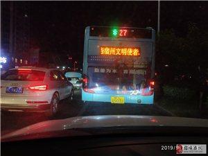 当宿州文明使者的27公交车占据右转车道