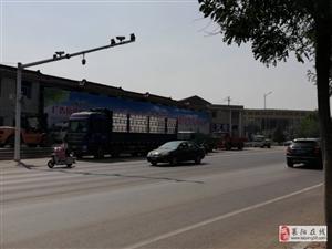 马路边的大货车