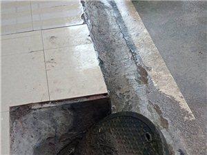 下水道井盖松动,安全隐患大~过往行人注意安全!