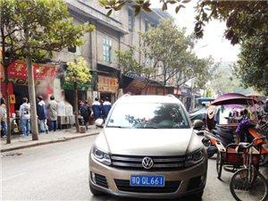 乐山街中段,车辆乱停乱放