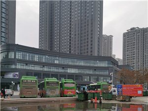 广饶银座步行街,新开尊悦广场西边没有下水道,全是水