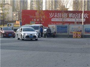 益州路和江滨路丁字路口。路口施工经常发生车祸。