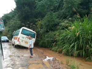 汶龙的路是越来越烂,请问有哪个政府领导关心过汶龙居民的死活