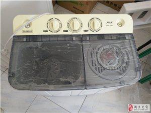 本人有一�_9成新的小型洗衣�C出售,�r格面�h,18729493736