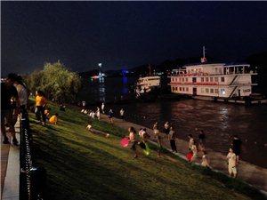 晚步江边是人群,江风阵阵好缠绵
