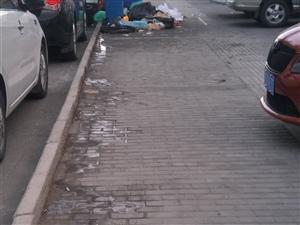 中鹏西门烤肉店门前成垃圾场,垃圾油满地都是,恶臭味太足