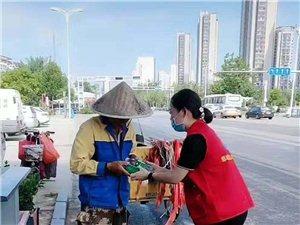 炎热的夏季邹城市爱心志愿者协会走访了邹城交警和环卫工人