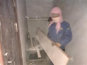 近日紫��@�的物�I工作人�T清理了停在�堑览镫��榆�和�堑�鹊碾s物。大家的出行方便了,�堑酪沧�的干�袅�,