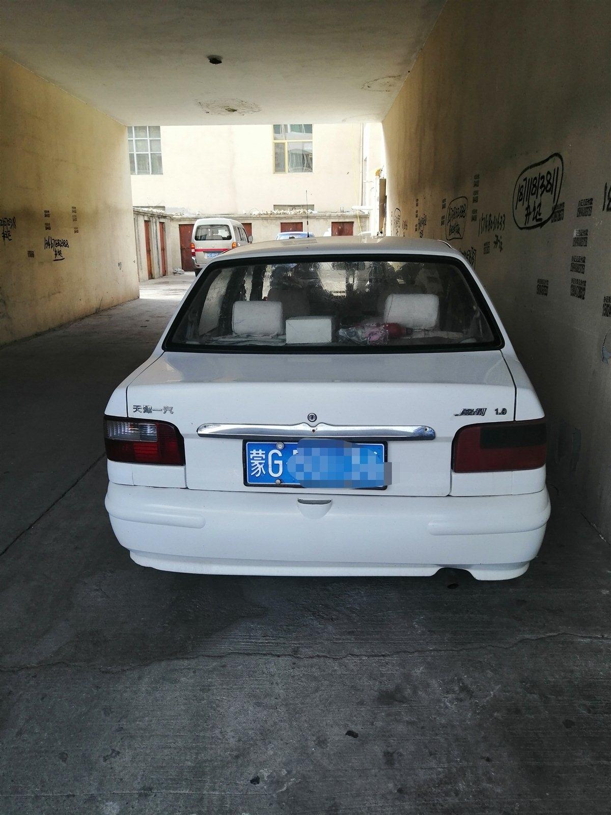 白色夏利車