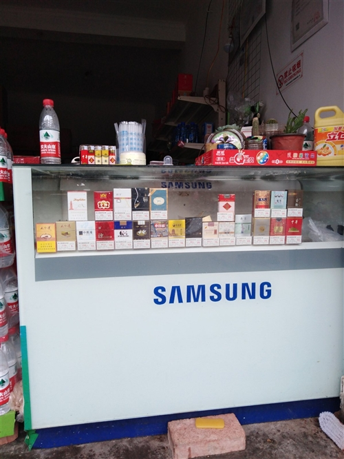 出售二手货架、烟柜、冰箱,价格面谈