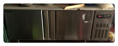 用了八个月的操作台冷冻柜,外面白色的保护膜都没撕,液晶屏幕更方便。嘎嘎新,冷冻效果特别棒。里面有隔层...