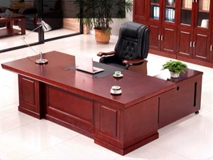 本人現有一套全新老板桌 低價處理  含側柜  椅子  需要的聯系  15353433345