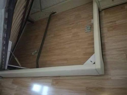 现有双人床一张。快150厘米,长210厘米。奶白色,带席梦思床垫一个。床头柜两个。床垫内置液压杆可打...