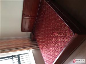 质量非常好的实木床一张,及床垫!完好无损,1.8×1.8!因为需要购置新床,为此转让。手慢无!需自提