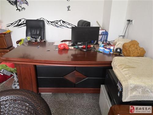 超大办公桌带副柜+沙发椅1880需要的同城可以看货