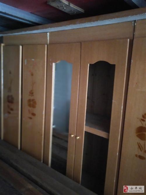 七成新的衣柜,现在便宜出售,只卖150块包送到家。