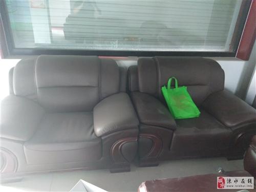 皮革沙发一套,一大俩小,9成9新买回家没用过,现在因个人原因现在出售,大的尺寸2.2米?0.9米,小...