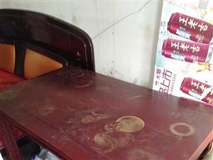 八成新的西餐桌现便宜出售,只卖300元