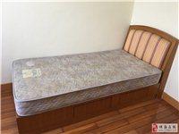 家里客房备用床,1米X2米,带2抽屉,九成新。床垫是名牌雅兰弹簧床垫,很舒服,基本没用。想把客房改书...