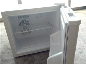 本人因工作调动,现将去年暑假购买的便携式小冰箱,低价出售,价格面议,有意者请电话联系,1583768...