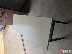 簡易折疊課桌32張,幾乎全新。另有凳子80個,4元一個,不還價,非誠勿擾
