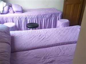 美容床及床上用品,美容凳出售。凳子,床,床上用品一整套300元一套。