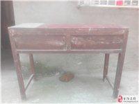 有大量實木學生課桌、椅子出售,價廉物美,結實耐用。聯系電話:15872568239