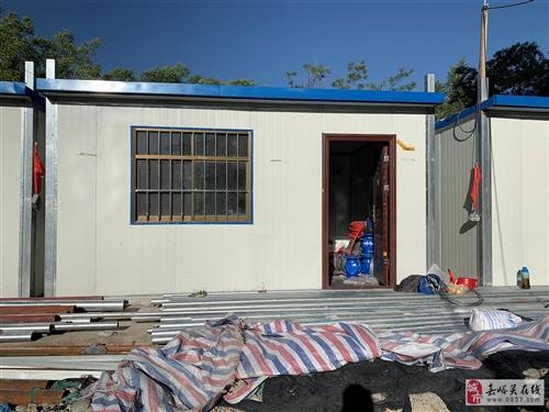 雍平坊工地出售三间彩板房,带底,每间40平米,已使用半年,屋内电路完好,房子整体八成新,可使用吊车直...