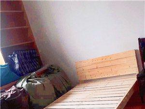 出全新单人床128元,周一搬家,1.2米??2米,床头柜38元拿走,地址在人民南路新双龙女人广场