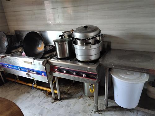 出售餐飲店全套設備,包括冰柜三臺,消毒柜一臺,燒烤架,操作臺。洗碗池(不銹鋼加厚加深)。猛火爐(吳孟...