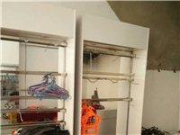展示柜处理200元一个,落地架一个100两个150元,撑子0.5角一个。
