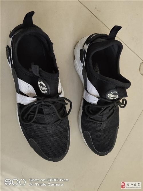 這雙361鞋子剛買不久,就穿了幾次,完好無損,跟新的一樣,入手價169,現在77,包郵