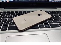 出售二手苹果八 64G金色 屏幕完好 周边有轻微磕碰
