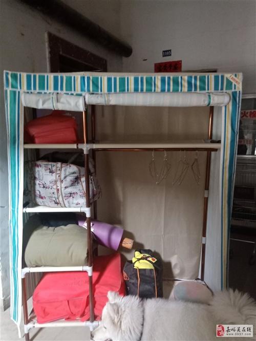 装修房子,此衣柜出售,1.2米宽,1.95米高,衣柜架杆是加粗加厚料的,有意者可看看柜子在说,价格可...