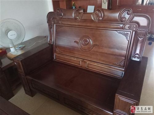 纯实木,樟树木的。两桌三凳。买了不到半个月。因个人觉得摆家里不搭,特价转让。