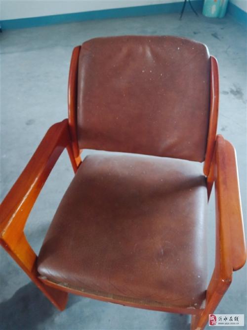 一把實木椅子,白菜價十五,有需要的帶走。