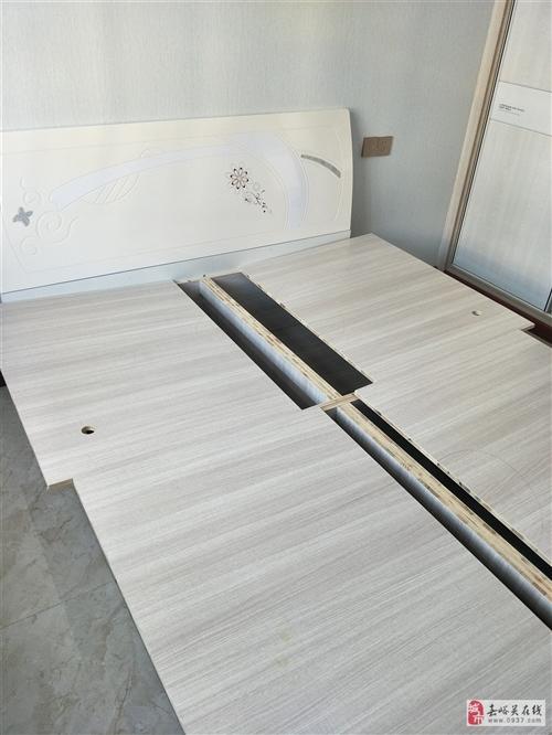 本人有一张1.5米*2米的全新床,是木工做的,最低1600元出售。